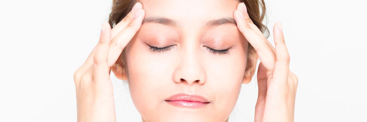 【特集】 朝間に合う!4段階で「顔のむくみ解消」目のツボマッサージも紹介 | C CHANNEL - 女子向け動画マガジン