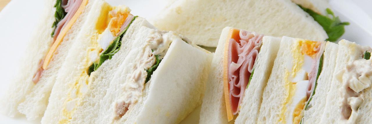 =簡単卵サンドのレシピ◎サラダチキンで作る絶品タルタルサンド♪