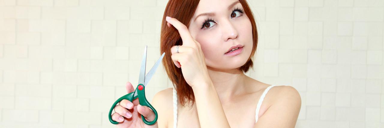 【特集】 前髪のすき方と切り方を伝授!簡単セルフカットのHOWTO | C CHANNEL - 女子向け動画マガジン