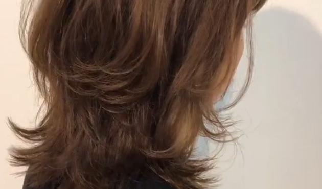 ミディアム ネオウルフ 【2021年夏】ウルフカットの美しいくびれヘアで軽やかな印象に|ウルフカット